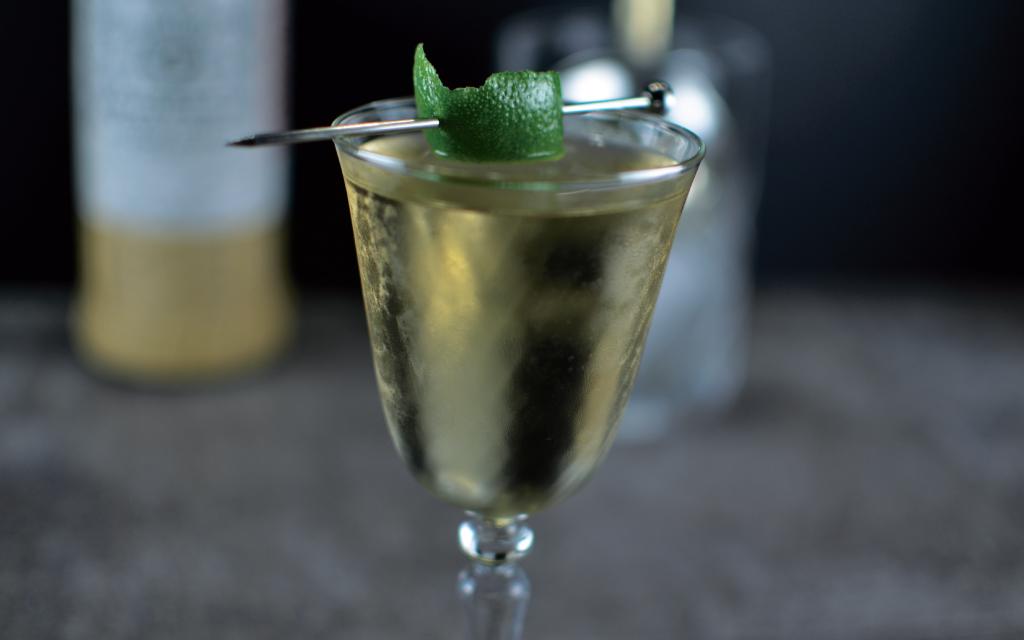 коктейль коктейль Танцовщица Сэнди на мескале и текиле с биттером лаванды и сиропом агавы ликёр мараскино барное стекло красивый напиток подача