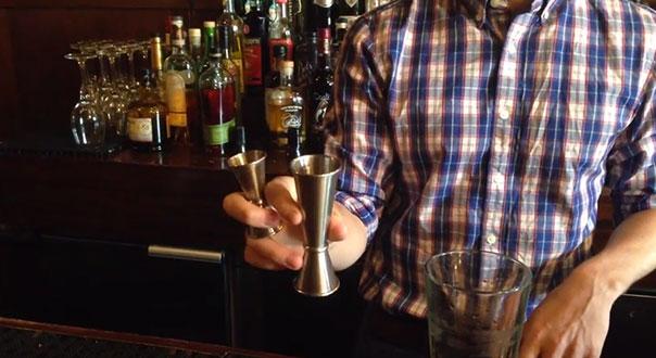 Лайфхаки работы за баром джиггер гейзер налив смесительный стакан