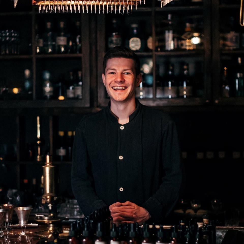 Евгений Шашин бармен барменеджер бартендер фотография в баре за работой