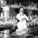 черно-белое фото бармен за стойкой на работе бартендер америка чб