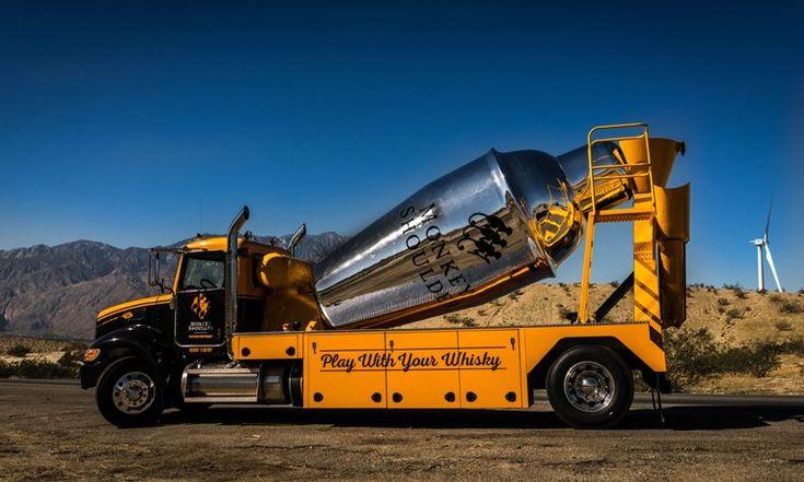 The Monkey Mixer большой грузовик с размещённым на нём классическим шейкером-коблером