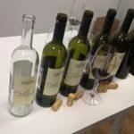 открытые бутылки вина дегустация декантация пустые винные бутылки пробки бокал с вином