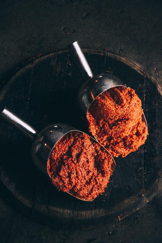 перечная пульпа сбор урожая красных перцев для соусов перечных табаско Эйвери Айлэнд, штат Луизиана