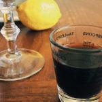 мерный стаканчик тёмная жидкость бутылка биттера Ангостура Angostura bitter рядом с бокалом рецепт коктейля горечь в напитке