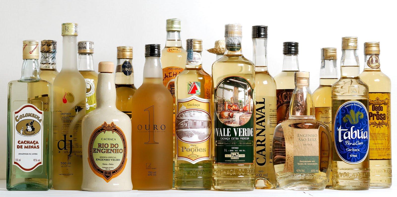 Кашаса ассортименте разные бутылки тросниковых дистиллятов