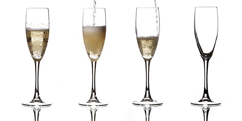 два бокала игристого вина просекко шампанского флюте на чёрном тёмном фоне с пузырьками