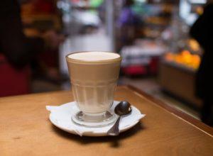раф кофе айриш бокал с горячим напитком и молочной пенкой капучино, ложка блюдце на барном столе