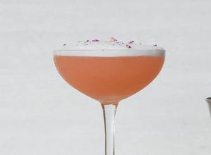сливовый сауэр купэ слива коктейль бокал косточка деревянный костер подставка под напиток