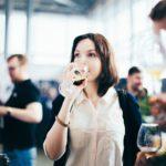 девушка дегустация пива на фестивале крафтового пива в питере бокал с пенным напитком стекло выставка