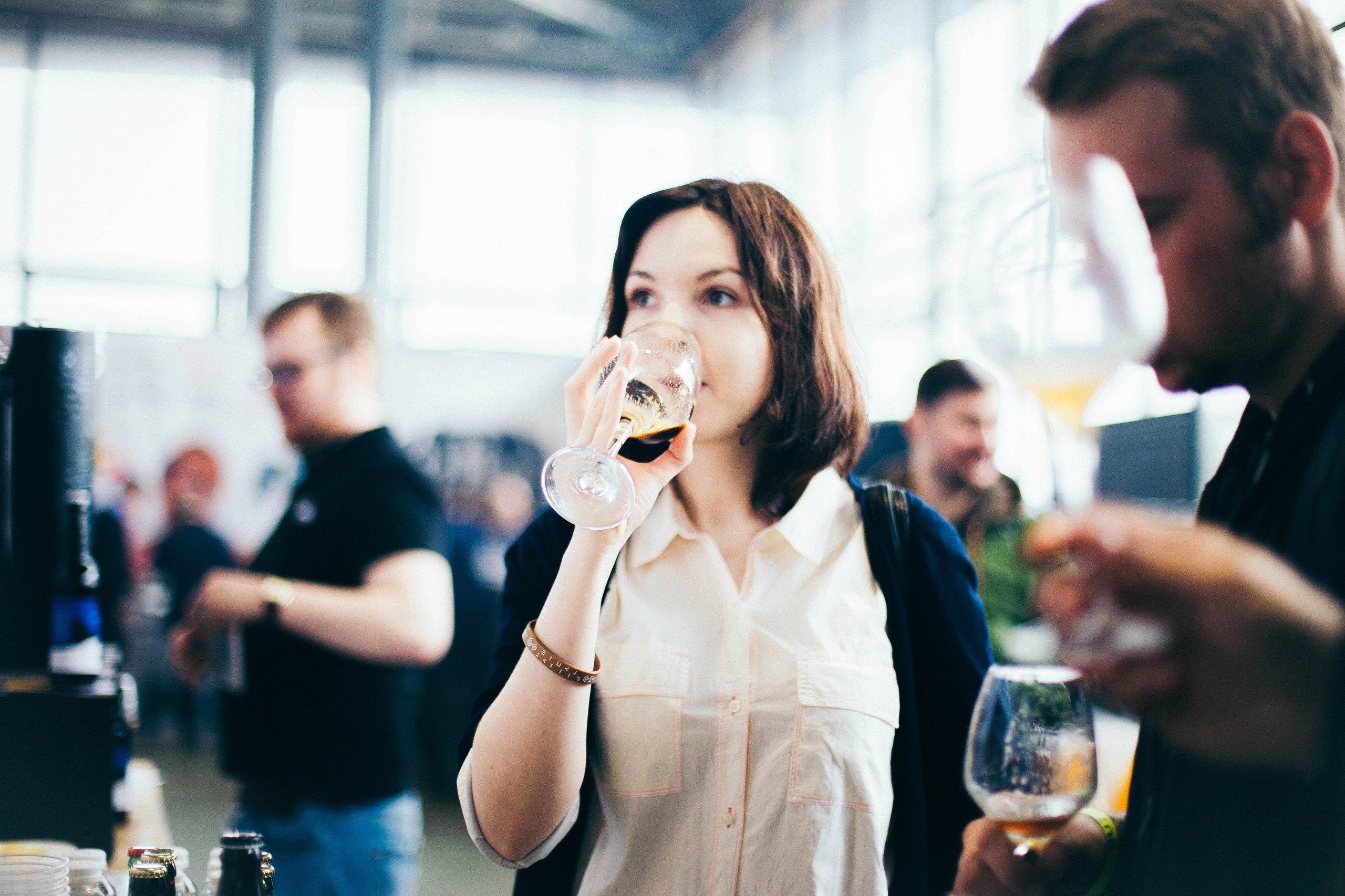 фестиваль крафтового пива бокал с пенным напитком винный стакан стекло стол стикеры беспорядок