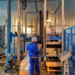 Выгрузка пустых бутылок на заводе ЗАО Игристые Вина на паллетах цех розлива шампанского