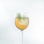 Белуга водка коктейль на крепком алкоголе от Beluga барменский конкурс для барменов напиток победителя винный бокал с гарнишем
