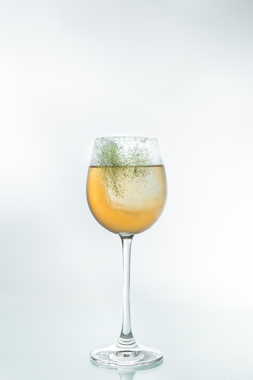 Белуга водка коктейль на крепком алкоголе от Beluga барменский конкурс для барменов напиток победителя коктейльная рюмка
