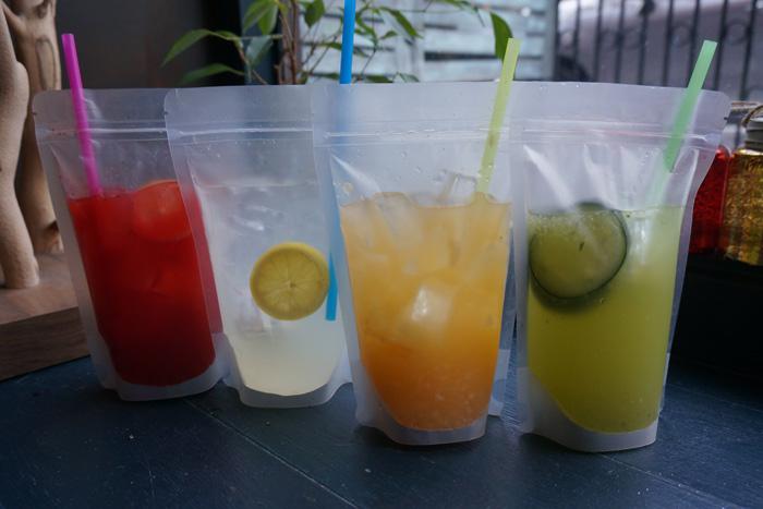 Пакеты с коктейлями пакетированные напитки алкоголь в прозрачных мешочках