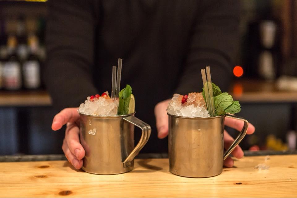коктейль бара чердак тайская проститутка, подаётся в металлической туристической кружке лед краш, мята, трубочки, гранат