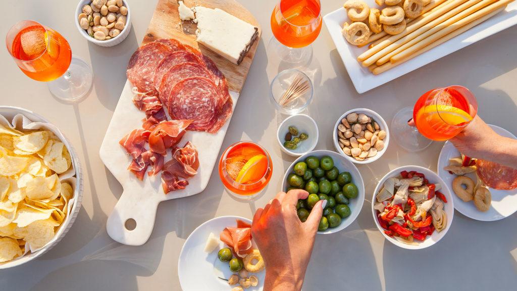 """красивый стол перед трапезой. подают напитки и небольшие закуски, называемые """"чикетти"""" (cicchetti)"""
