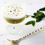 Irish sour летний коктейль рядом с барной ложкой ирландский виски сироп сахарный лайм яичный белок щепотка соли