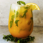 Mango and mint-spiked lemonade летний красивый освежиющий коктейль сок манго водка содовая мята