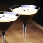 коктейль в коктейльной рюмке. эспрессо мартини сервированный с зёрнами кофе