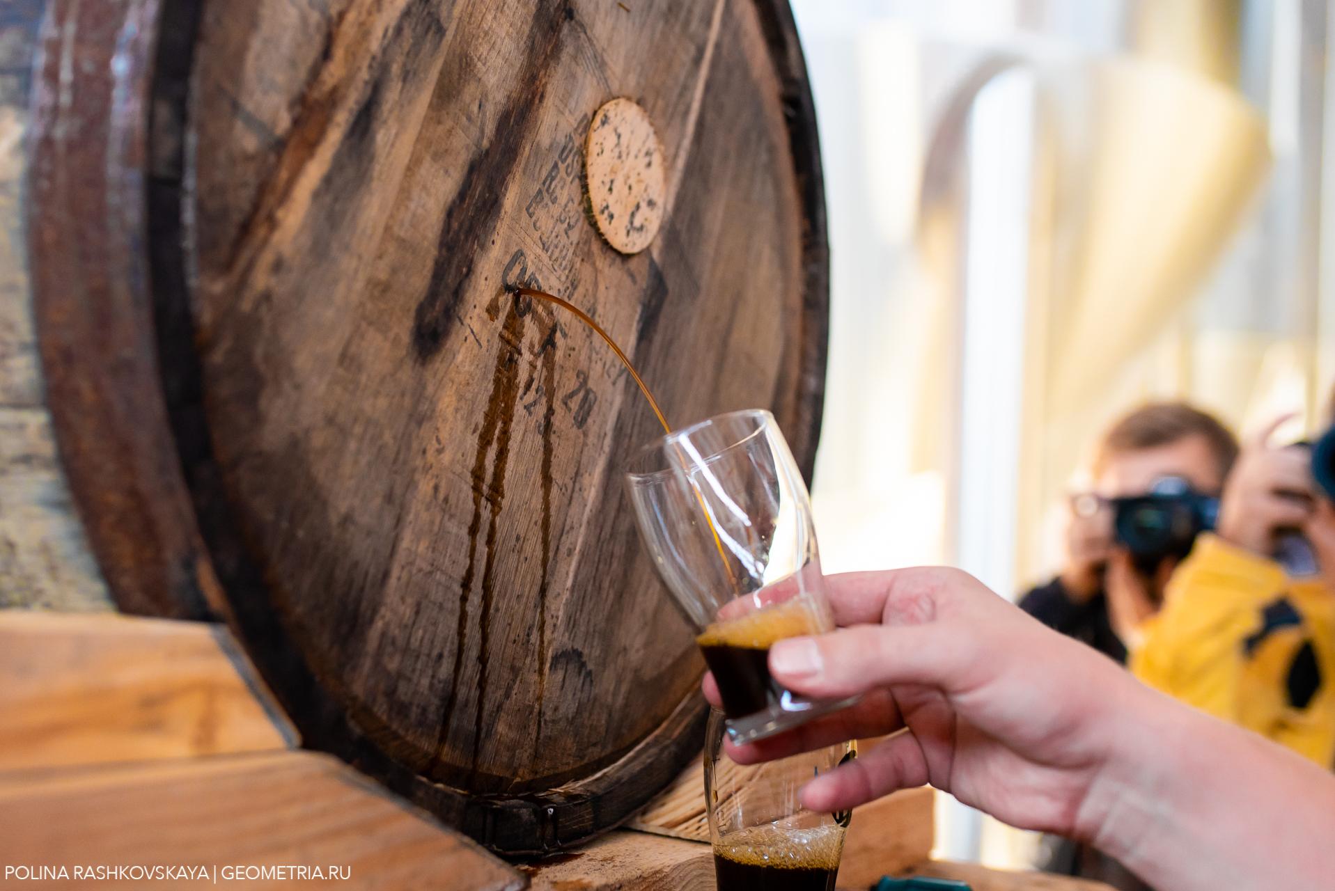пиво выдержанное в бочке наливают в бокал стаут тёмный пивной напиток