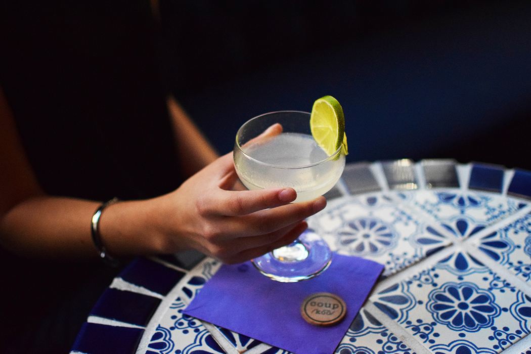Хемингуэй дайкири коктейль бокал с напитком в руке с украшением