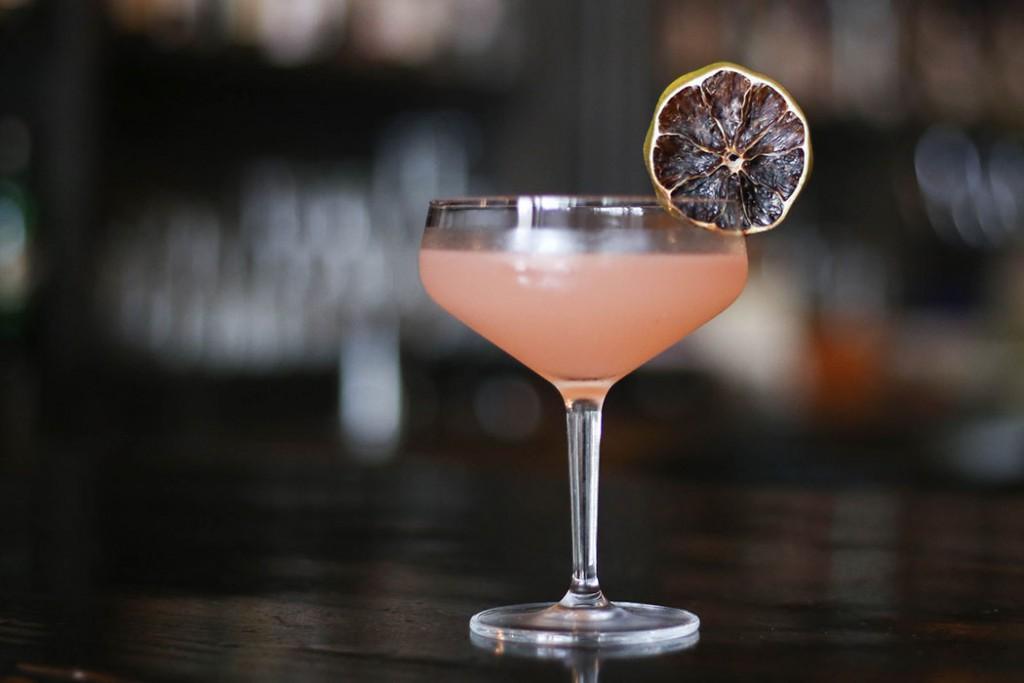 свободный дайкири кубинский напиток твист 29 градусов широты в гаване с лепестками цветов фиолетовое соцветие на барной стойке