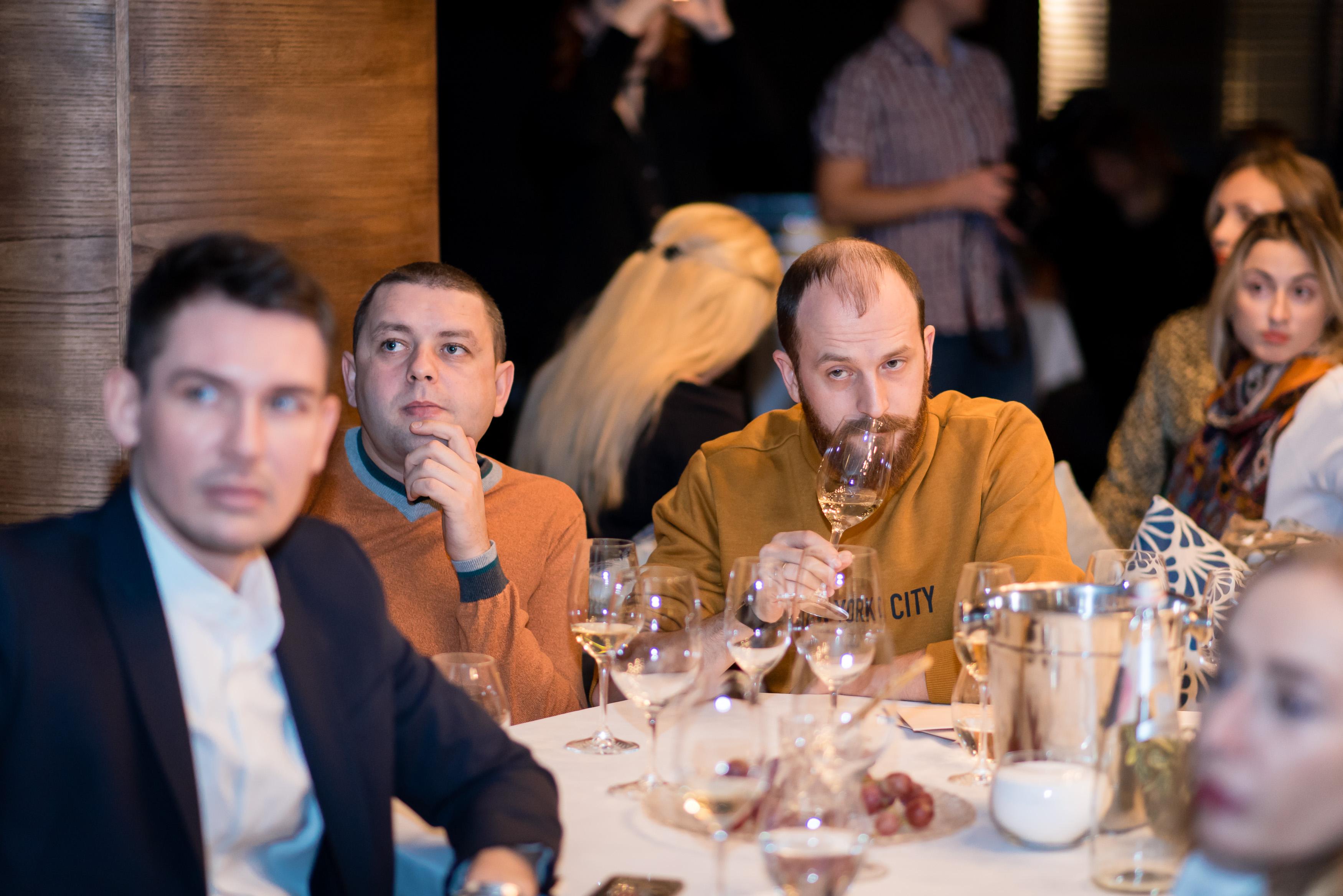 главный редактор okolobara.ru Василий Захаров и Роман Глечиков на дегустации вина