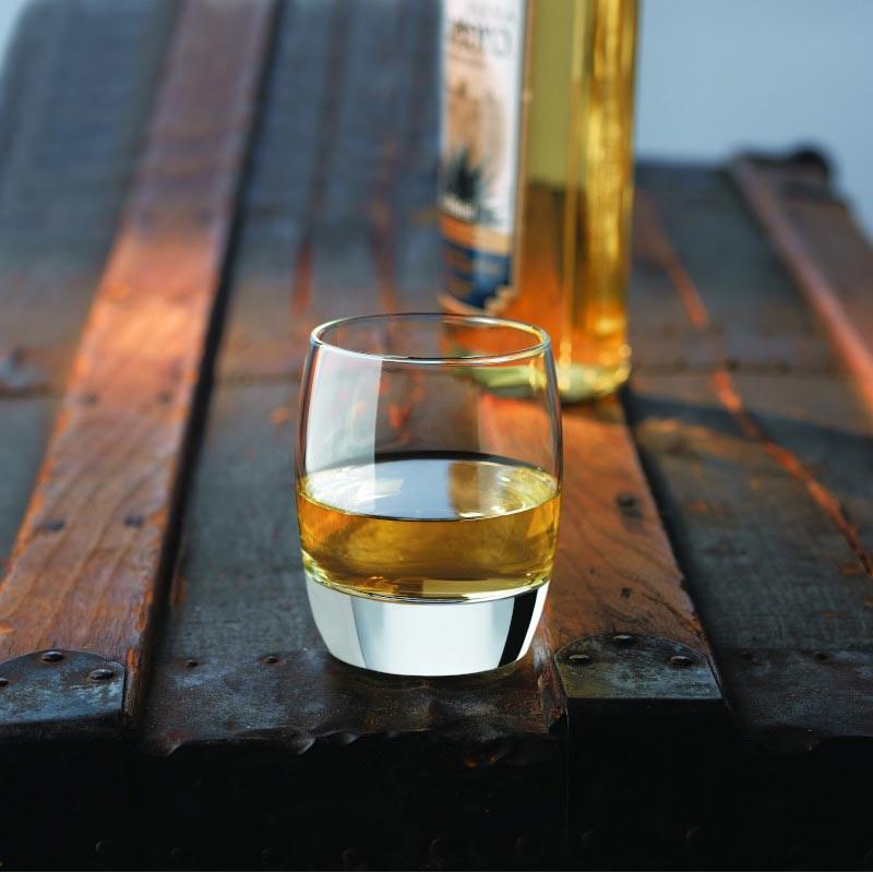 стакан текилы на столе