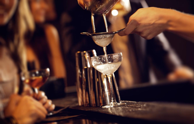 Приготовление коктейля с помощью сита