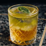 AlphaVille 2 (Берлин бар) коктейль в бокале рокс олдфешн с листиком травы на мраморной столешнице