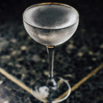 Berlin Daisy 1 (Берлин бар) прозрачный коктейль в бокале шале на мраморной столешнице