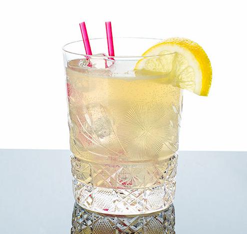 джин дэйзи коктейль стакан олдфешн старомодный бокал трубочки соломинка в напитке твист лимона содовая