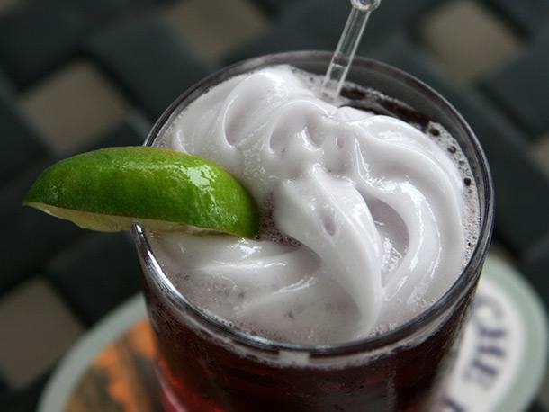 пена коктейль красивый лайм слайс трубочка белый зелёный красный макро смешанный напиток олд фешен