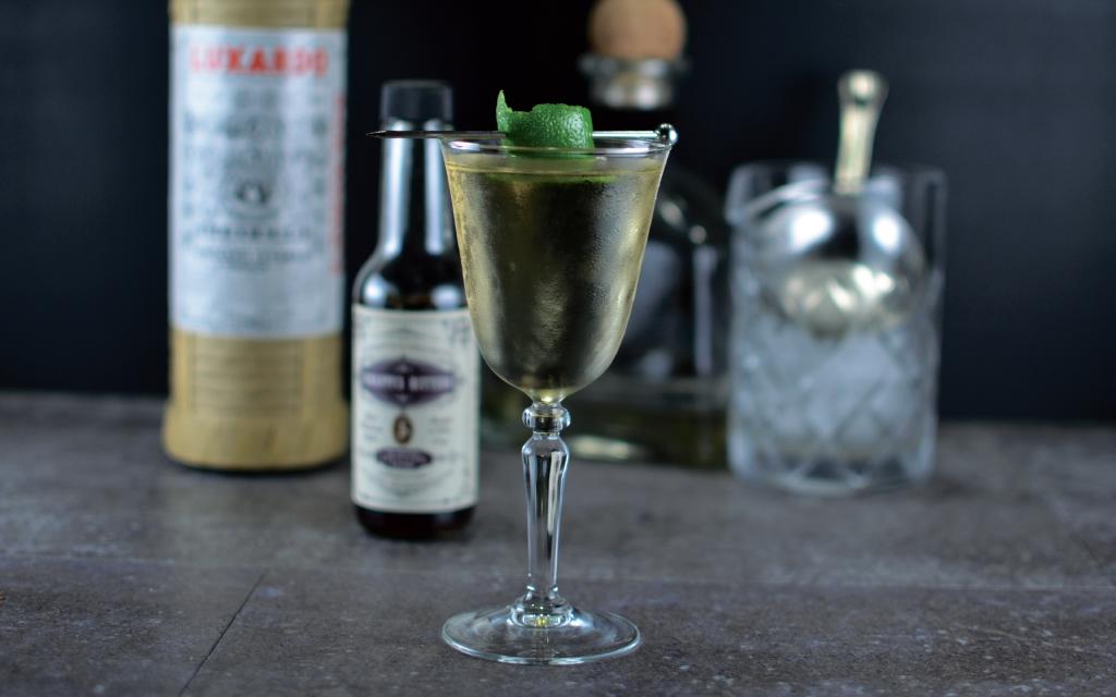 коктейль на мескале и текиле с биттером лаванды и сиропом агавы ликёр мараскино барное стекло красивый напиток подача