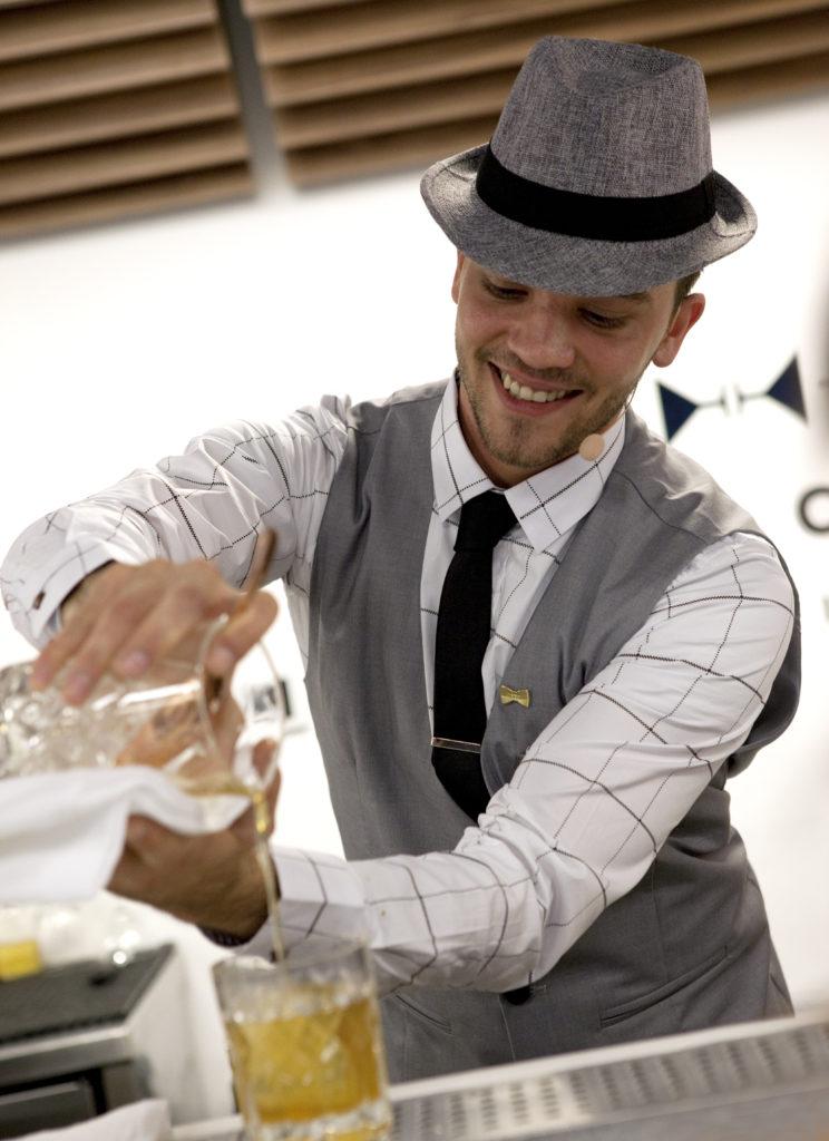 бармен готовит коктейль в шляпе бартендер Андрей Малик andrej malic bartender