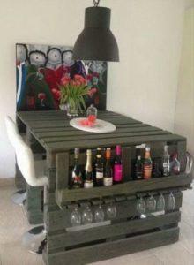 пример домашнего компактного маленького бара дома мебель из паллет своими руками