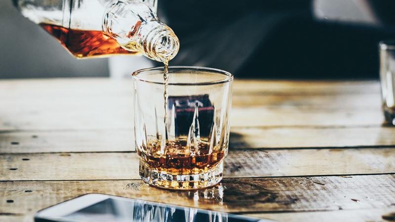 стакан с алкоголем виски рокс олдфешн бар дерево стойка деревянная барная налив горлышко бутылки