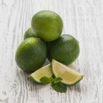лайм семейство цитрусовых фруктов исчерпывающий гайд гид по лимонам зелёный круглый на столе с порезанными дольками и листиками мяты