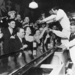 отмена сухого закона люди в баре пьют и веселятся чёрно белое фото американский бар бармен бартендер спаивает персонал
