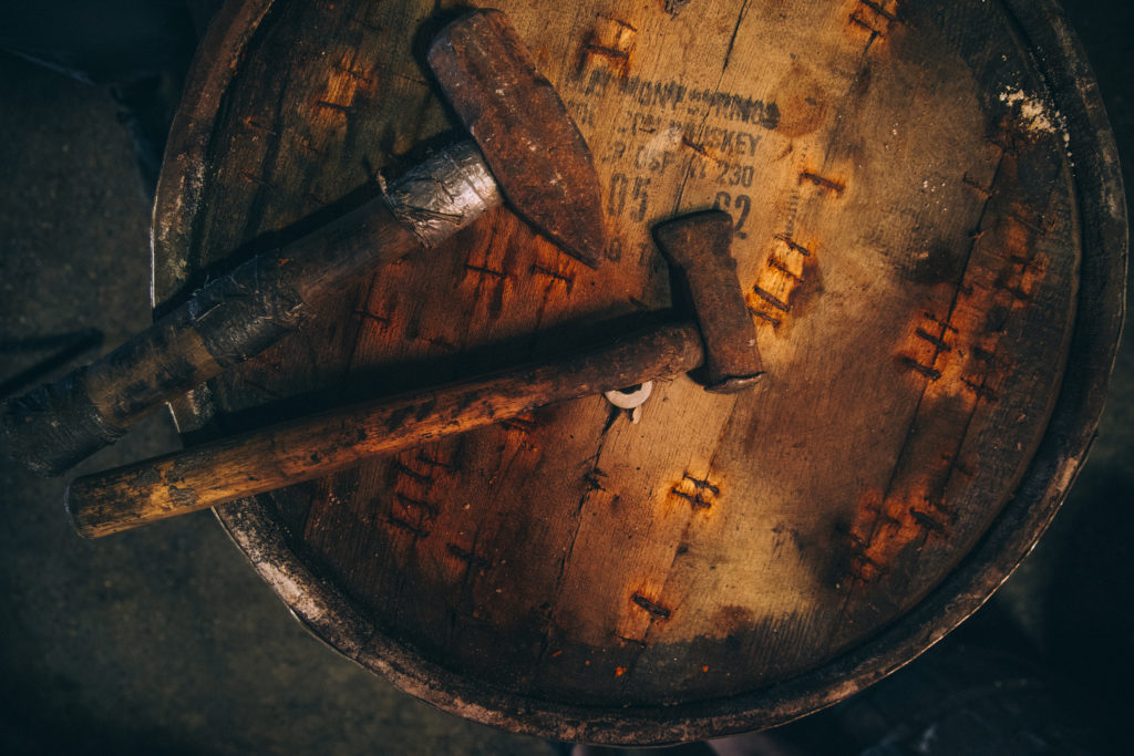 дубовые бочки для выдержки соусов тобаско молотки на дереве коричневый цвет красиво