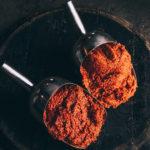 перечная пульпа сбор урожая красных перцев для соусов перечных тобаско Эйвери Айлэнд, штат Луизиана