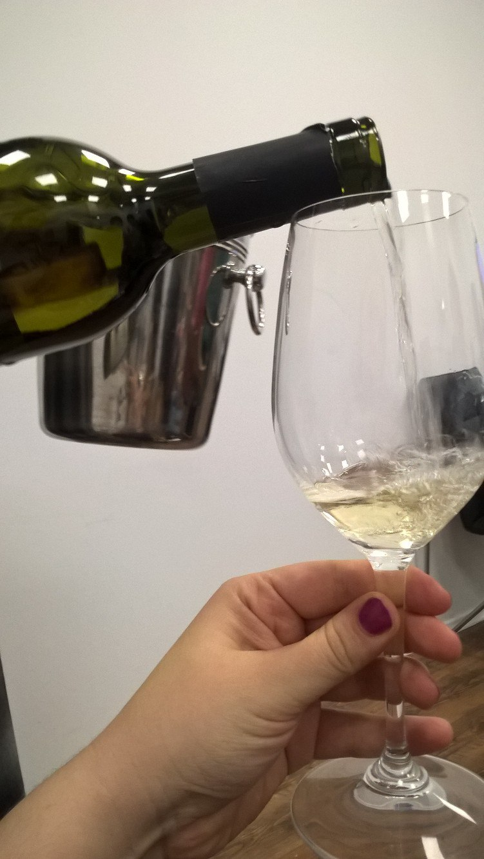 выставка дегустация белых вин собер баш виноград налив вина в красивый бокал