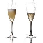 4 бокала с шампанским игристым вином просекко в просецце налива от пустого к полному и полупустые