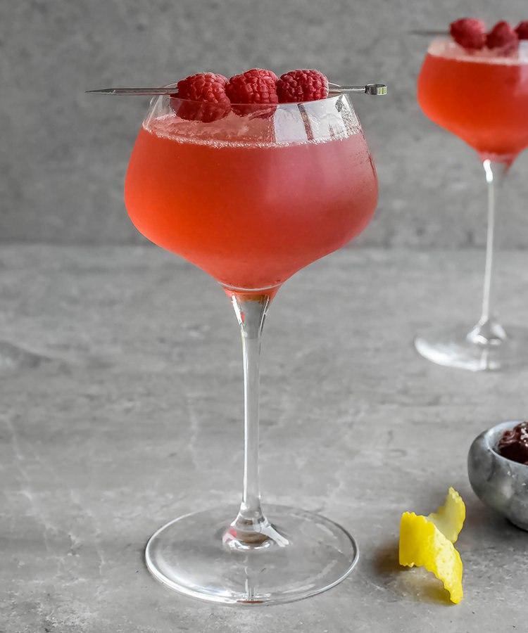 малиновый рояль коктейль красивый бокал малина ягода на шпажке алкогольный напиток красивая подача твист лимонной цедры