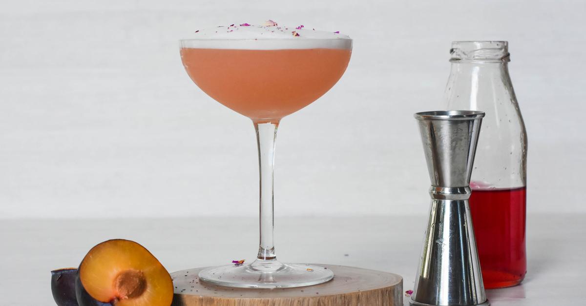 сливовый сауэр купэ слива коктейль бокал косточка деревянный костер подставка под напиток джиггер бутыль с сиропом рецепт приготовления