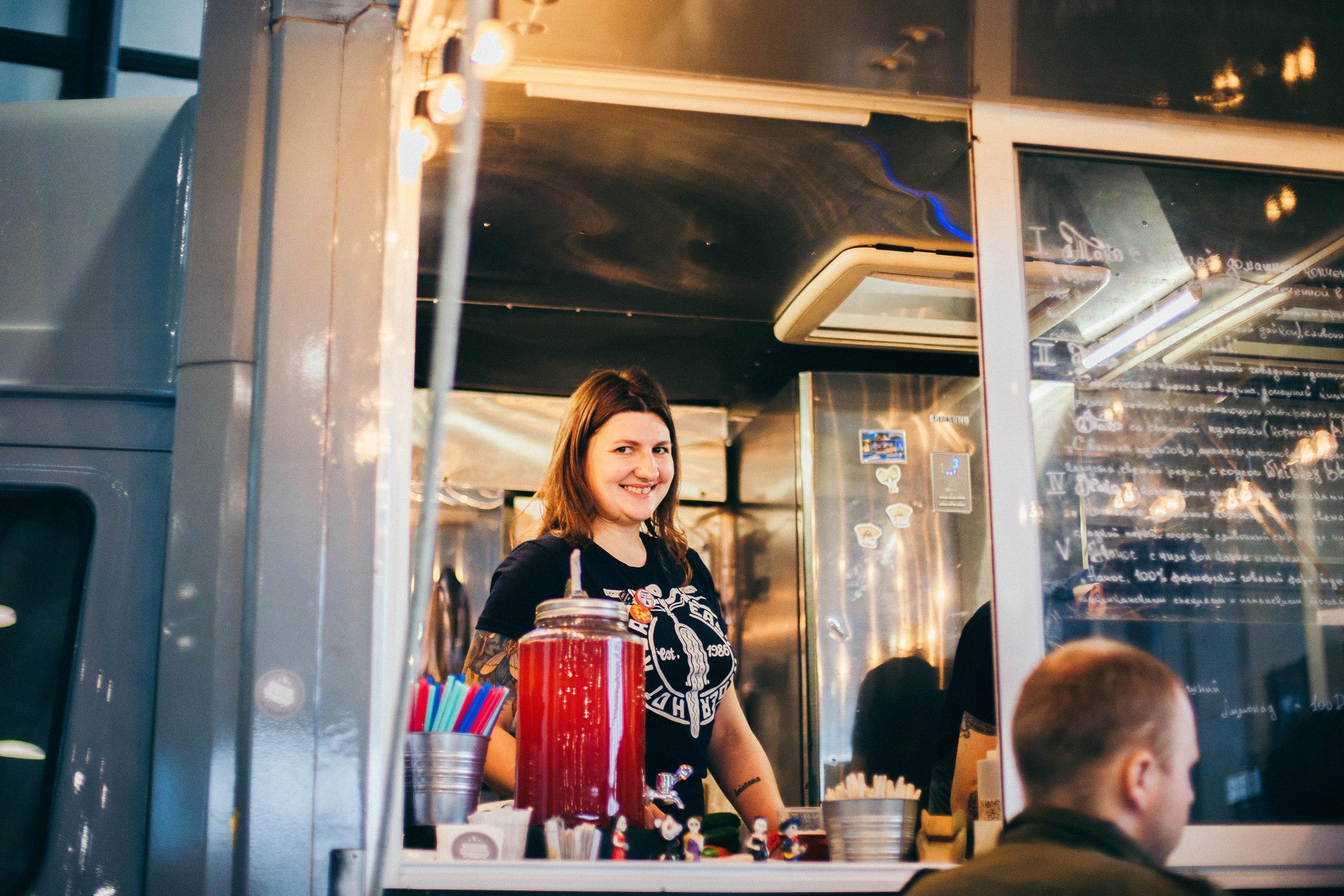 девушка на выставке на фестивале крафтового пива в питере