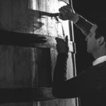 Батист Луазо — мастер погреба дома Rémy Martin наливает из бочки дегустирует купаж