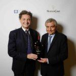Филипп Серей де Ротшильд (председатель наблюдательного совета компании Baron Philippe de Rothschild S.A.) и Пьер Ламбер (ведущий винодел Mouton Cadet) с новым винтажным вином Mouton Cadet Vintage 2015.