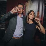 Мужчина и женщина пьют вино красное из бокалов Знакомили гостей с винами «Mouton Cadet» директор по экспорту в России и СНГ Анри Брюнель и технолог-энолог бренда Офели Луберсак