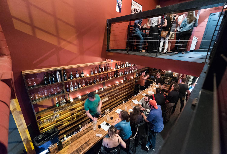 Бар Five to One бармен за работой гости за барной стойкой второй этаж в заведении